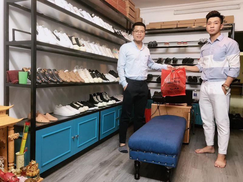 Thầy giáo Anh Bùi nhiệt huyết với nghề tay trái kinh doanh giày da