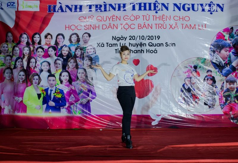 Á hậu 2 Quý bà Quốc tế Taiwan Phạm Thảo Dung mang nụ cười đến với các học sinh dân tộc bán trú xã Tam Lư