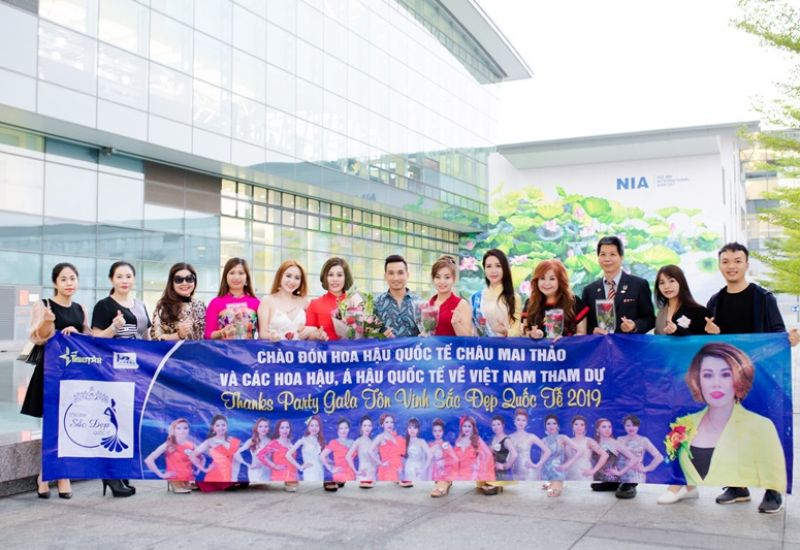 Đạo diễn Mr Snake đón Hoa hậu quốc tế Châu Mai Thảo và các hoa hậu Áo dài tham dự