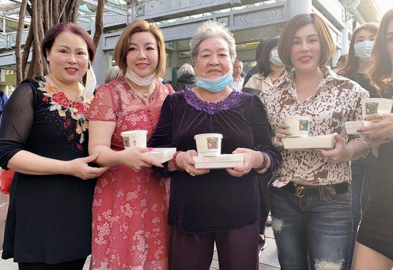 Hoa hậu quốc tế Châu Mai Thảo tặng 500 hộp cơm cho người vô gia cư tại Đài Bắc