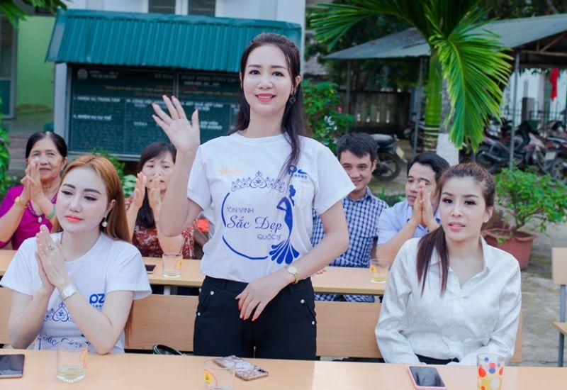 Hoa hậu Quý bà Quốc tế Taiwan 2019 Võ Thị Yến giúp đỡ các em học sinh dân tộc trường bán trú tại huyện Quan Sơn,Thanh Hóa
